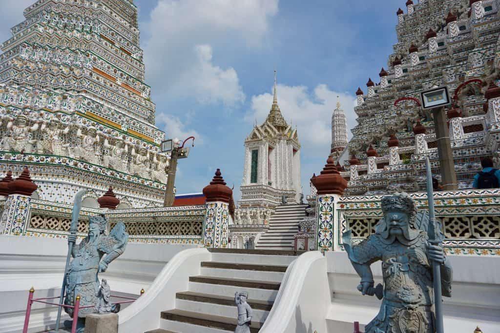 Wat Arun guarded by statues